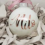 Wunschname auf einer weißen Weihnachtskugel aus Glas | Christbaumkugel | Weihnachtskugel Personalisiert | Weihnachtsgeschenk | Baumschmuck | 1. Weihnachten Baby (Rosegold)