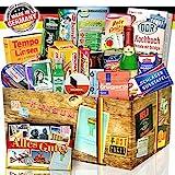 Ostpaket 'DDR SPEZIALITÄTEN BOX' Geschenkverpackung mit Ostmotiven. DAS Ostprodukte Geschenk mit bekannten DDR Produkten wie Krügerol, Salmiak Pastillen, Schlagersüßtafel, Heringsfilet Tomatencreme++ Ostpaket DDR Geschenkbox DDR Produkt DDR Box Waren