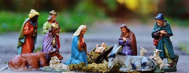 Weihnachtskrippe mit Krippenfiguren