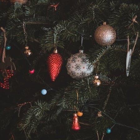 Klassisch geschmückter Weihnachtsbaum