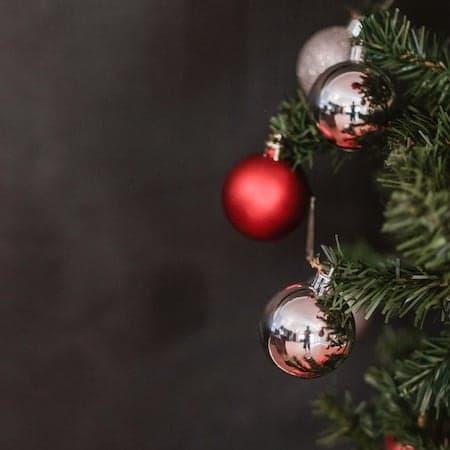 Geschmückter Weihnachtsbaum in den Farben Rot und Rosé