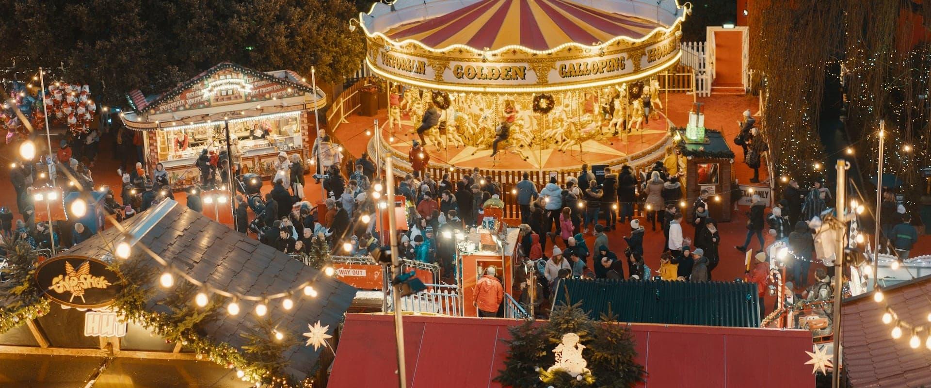 Weihnachtsmarkt mit Menschen