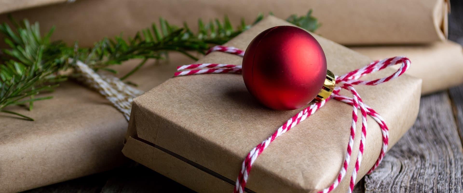 Weihnachtsgeschenke verpackt mit Geschenkpapier