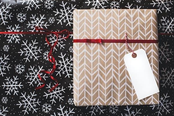 Eingepacktes Weihnachtsgeschenk