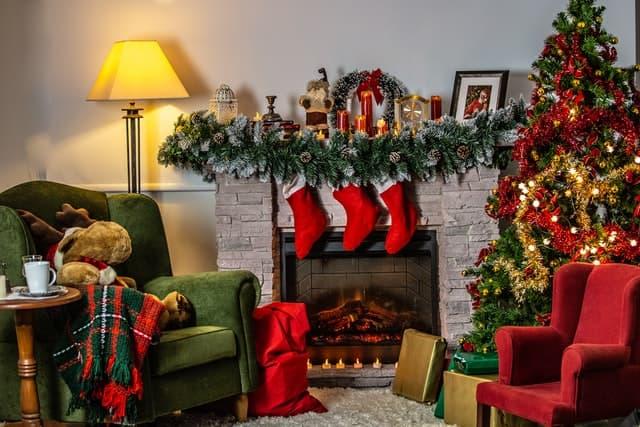 Rote Weihnachtssocken vor dem Kamin