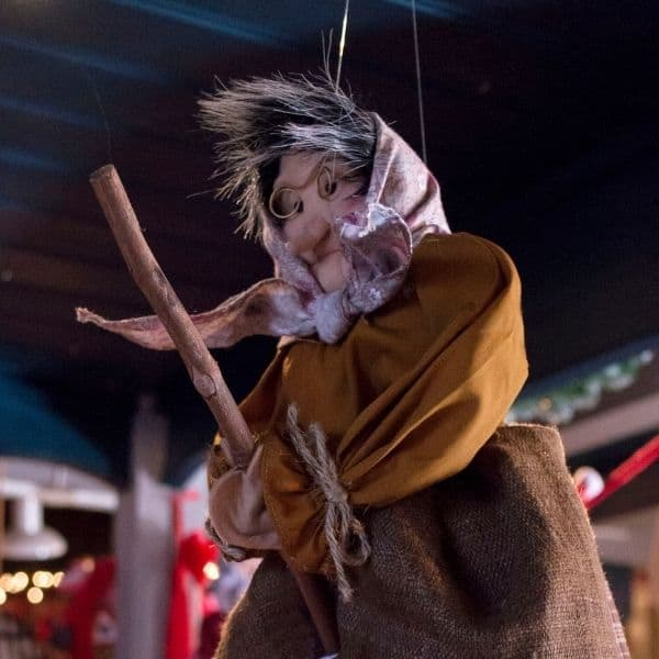 Die Weihnachtshexe Befana fliegt auf ihrem Besen von Haus zu Haus