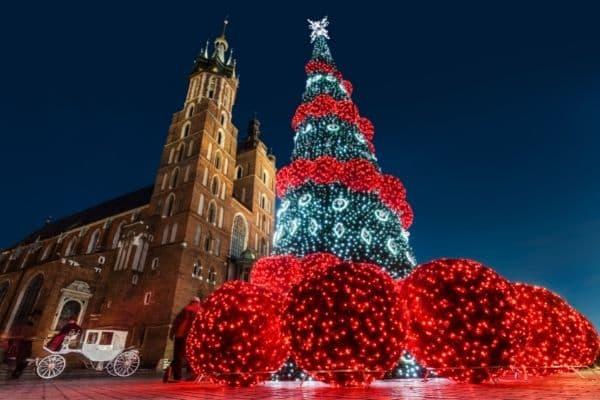 Weihnachten in Polen: Weihnachtsbaum auf dem Marktplatz in Krakau